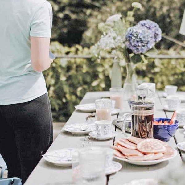 """Eine schön gedeckte Kaffeetafel auf der Terrasse des Ferienhaus""""Hanfbachtal""""."""