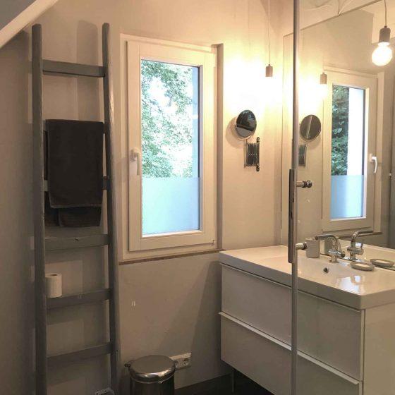 Die Dusche ist modern eingerichtet und ausgestattet.