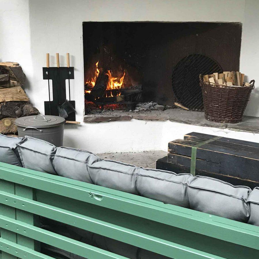 Das knisternde Kaminfeuer im Freisitz des Ferienhauses.