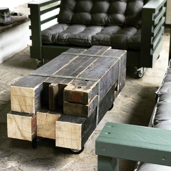 Ein origineller Tisch aus alten Balken im Freisitz.