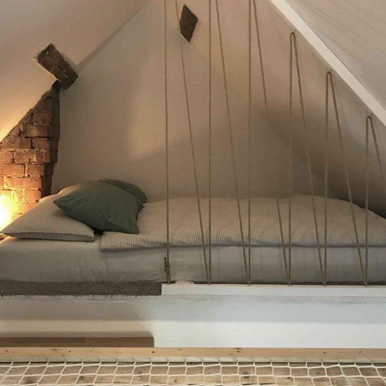 Das Doppelbett im Spitzgiebel des Ferienhaus ist sehr behaglich und gemütlich.