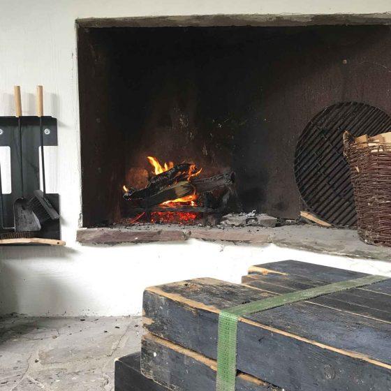 Feuer im offenen Aussenkamin.