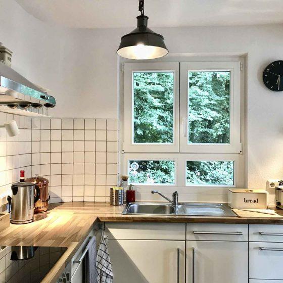 Die Küche ist komplett eingerichtet. Mit Geschirrspüler.