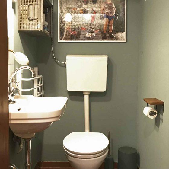 Blick in einer der Toiletten mit dunkelgrüner Wand.