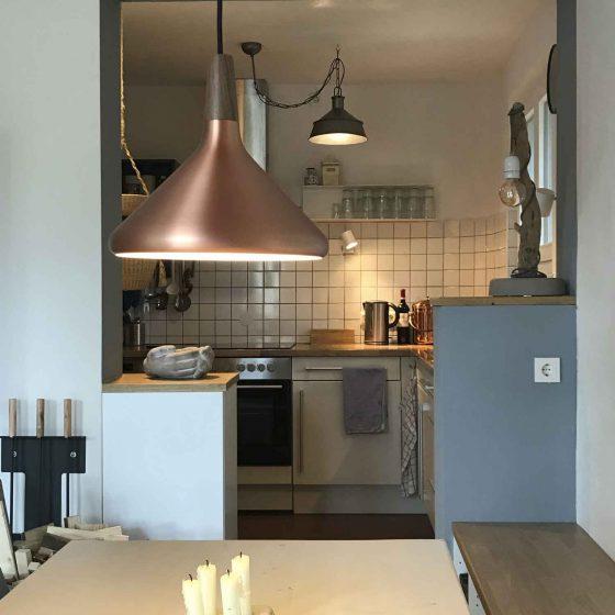 Vom Esstisch hat man einen Blick direkt in die Küche.