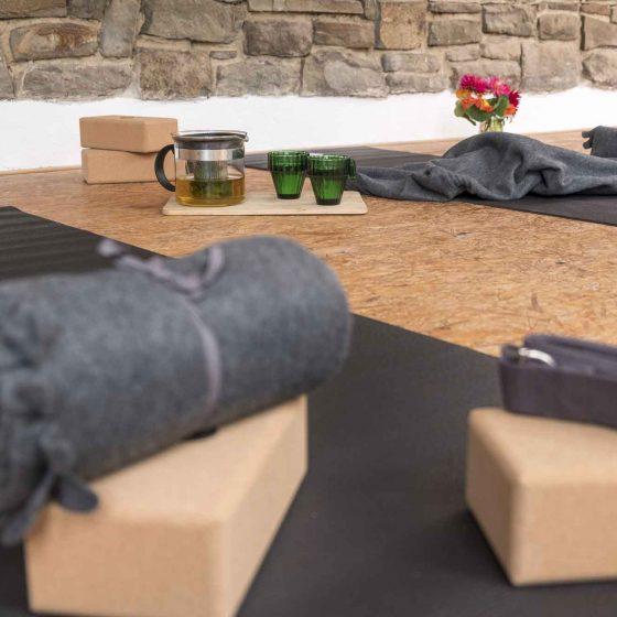 Teezeremonie im Yoga- und Seminarraum.